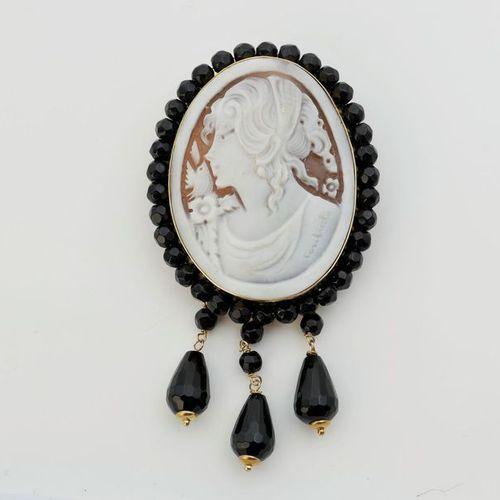 Pendentif/broche camée, ovale, entourage et pampilles en agate noire.
