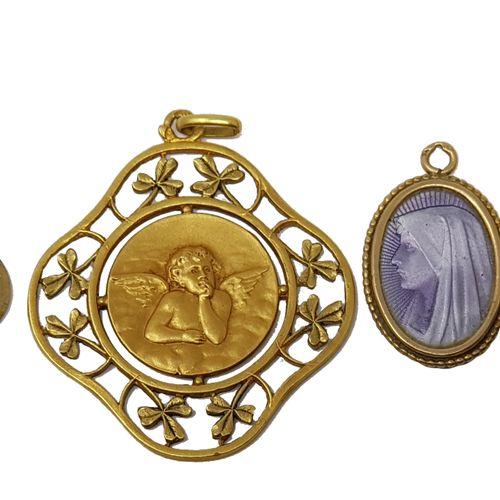 """Deux médailles d'anges en or, poids: 4,3 gr On y joint une petite médaille """" La…"""