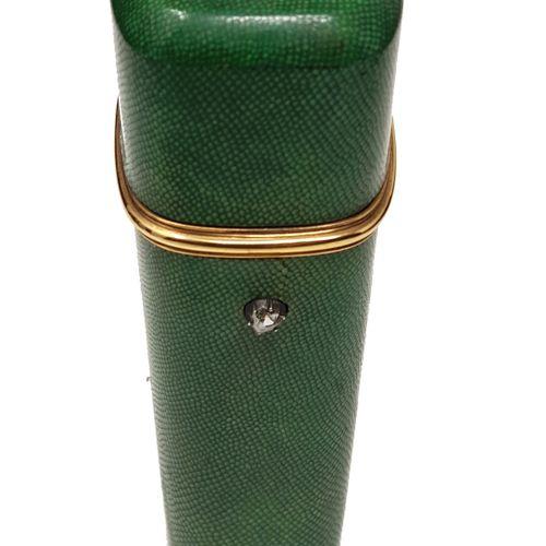 Nécessaire à couture en or c.1900 Ecrin en galuchat serti d'or, poussoir au diam…