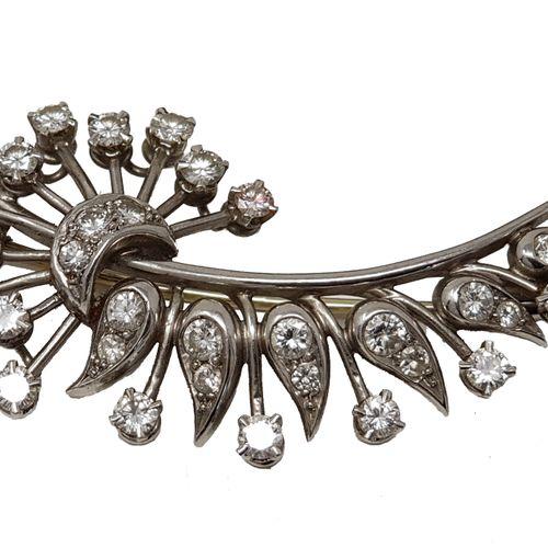 Broche feuille en or et platine Ornée de 32 petits diamants blancs 1,87 carats, …