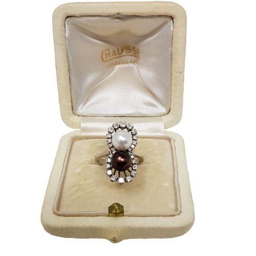 Bague or gris «Toi et moi» Sertie de deux perles, blanche et noire de Tahiti, …