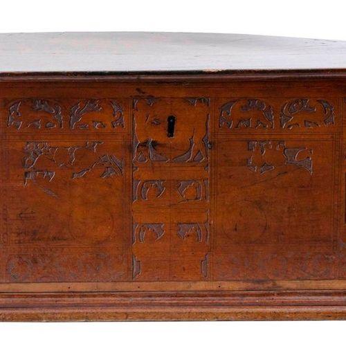 Coffre. Bois de cèdre. Italie, ca. 1700.Décor gravé sur la façade et à l'intérie…