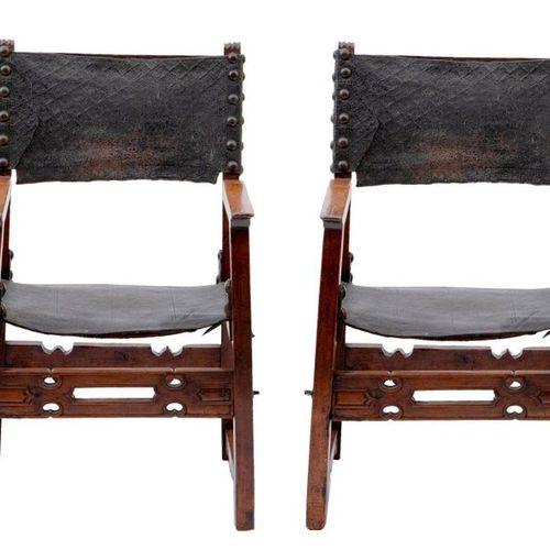 Paire de fauteuils. Châssis en noyer. Accotoirs, supports d'accotoirs et pieds d…