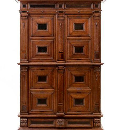 Armoire haute, quatre battants, un tiroir. Chêne et bois d'ébène. Corniche droit…