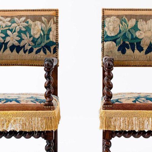 Paire de fauteuils rembourrés, garnis de fragments de tapisserie de Bruxelles du…
