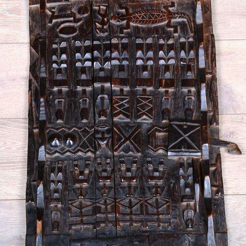 Une porte Dogon en bois scupté.  Dimensions : 78 cm x 48 cm