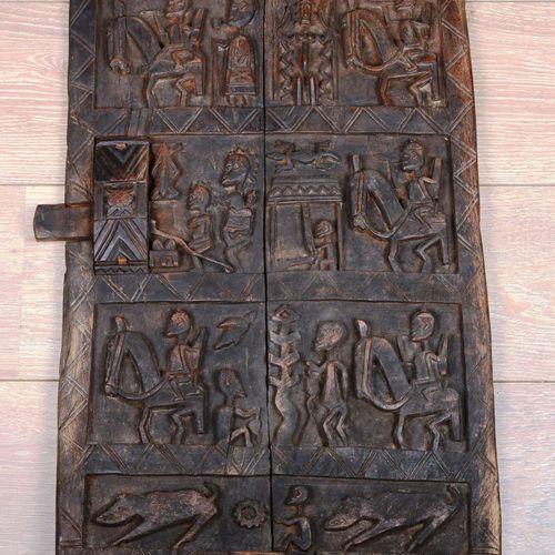 Une porte Dogon en bois sculpté.  Dimensions : 67 cm x 42 cm