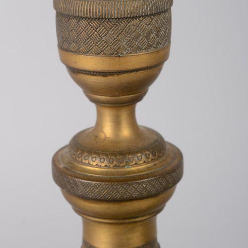 Paire de bougeoirs en bronze doré époque restauration à motif de stries sur le c…