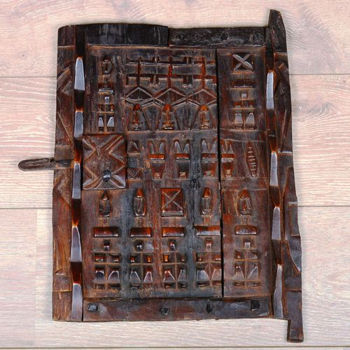 Une porte Dogon en bois sculpté.  Dimensions : 45 cm x 35 cm
