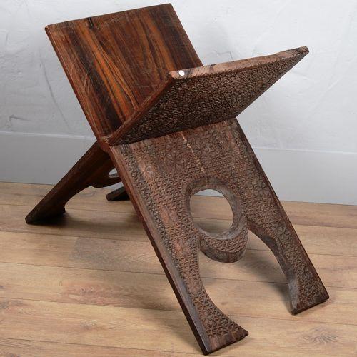 AFRIQUE, meuble dépliable en bois sculpté (selle ou siège) Dim replié 110 x 48 c…