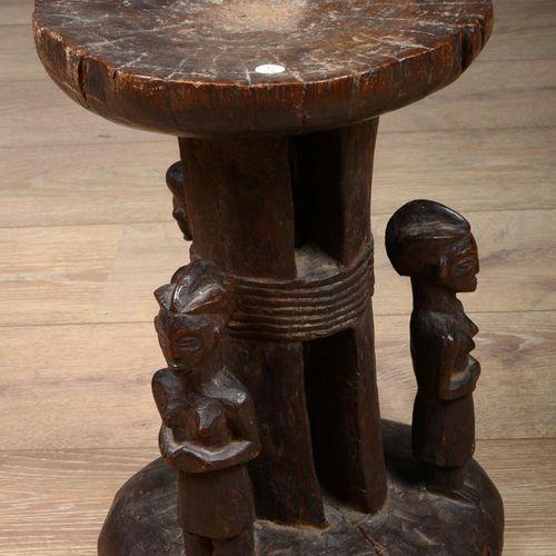 Tabouret africain à trois personnages en position hératique.  Probablement Congo…