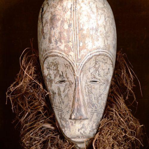 GABON.  Masque casque Ngil Fang.  Bois peint et herbe sèchée tressée.  H : 41 cm