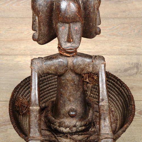 MALI.  Panier à offrandes en bois sculpté d'un buste à trois têtes humaines et p…
