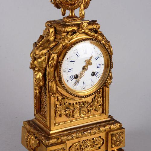 Pendule en bronze doré de style Louis XVI. Pendule en bronze doré de style Louis…