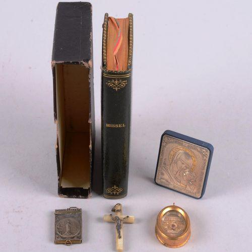 Cinq lots religieux Suite de cinq objets religieux: un petit missel romain, un b…