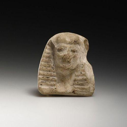 A Daedalian Head 7ème siècle grec. B.C..  Terre cuite. H. 6 cm. L. 5,1 cm. P. 2,…