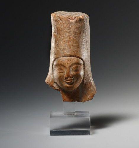 A Head of a Goddess with Polos Grec vers 500 avant J. C..  Terre cuite. H. 7,5 c…