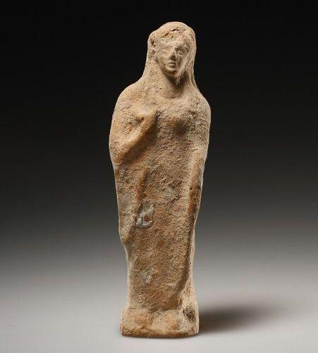 A Statuette of a Kore Grec du 5e siècle. C.B.  Terre cuite. H. 13,6 cm. L. 4,5 c…