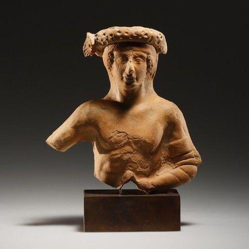 A Symposiast Grec occidental fin 5e début 4ème siècle. C. B.  Terre cuite. H. 12…