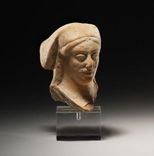 A Head of a Woman Grèce occidentale, milieu du 5e siècle. C. B.  Terre cuite. H.…