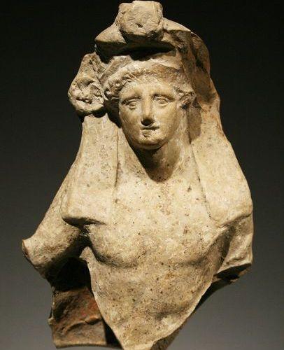A Symposiast Grec occidental ca. 340 AVANT J. C.  Terre cuite. H. 20 cm. L. 12 c…