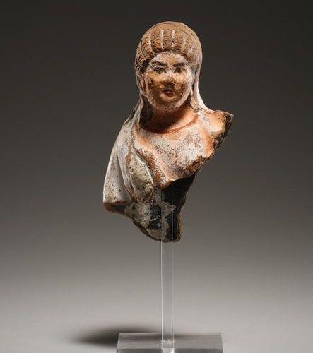 Upper Part of a Female Statuette Ptolémaïque 3e siècle. B.C..  Terre cuite, poly…