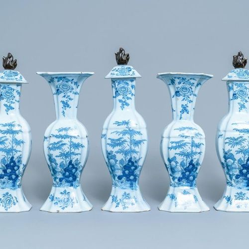 Une garniture de cinq vases en faïence de Delft en bleu et blanc, 18ème Garnitur…