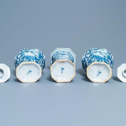 Une garniture de trois vases en faïence de Delft en bleu et blanc, 18ème Vase ho…
