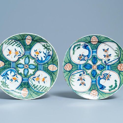 Six assiettes et un plat en faïence de Delft polychrome et en bleu et blanc, 18è…