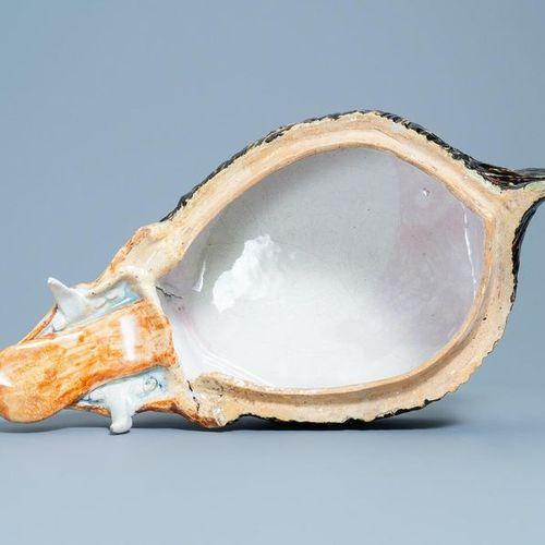 Une grande terrine en forme de tête de sanglier en faïence polychrome de Bruxell…