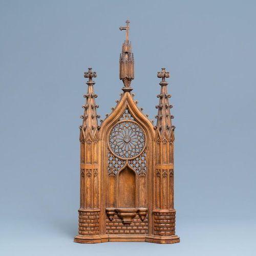 Une niche en bois sculpté de style néo gothique, France, 19ème Panneau de niche …