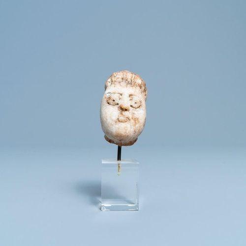Une tête d'homme en marbre sculpté de style roman, 14/15ème Tête d'homme en marb…