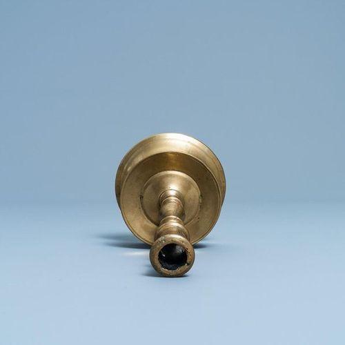 Un bougeoir en bronze, Flandres ou Pays Bas, 16ème A Flemish or Dutch knotted br…