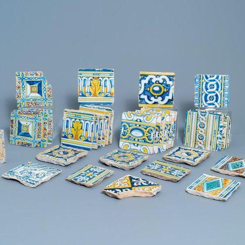 Une collection de 34 carreaux en faïence, Espagne, 17ème Une collection de 34 tu…