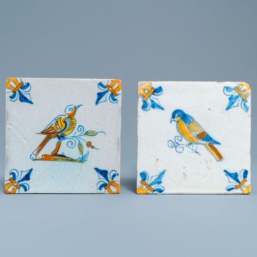 Deux carreaux en faïence de Delft polychrome figurant des oiseaux, 17ème Two pol…