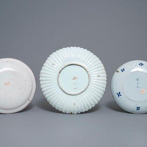 Une collection de neuf plats et assiettes en faïence de Delft polychrome et en b…