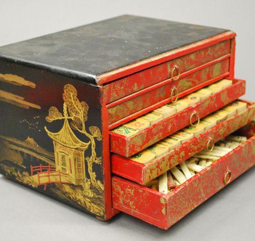 CHINE Petit cabinet rectangulaire en bois laqué noir décoré sur les côtés à l'or…