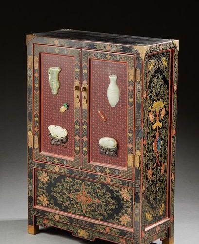 CHINE Petit cabinet en bois laqué rouge et noir, les portes incrustées d'objets …