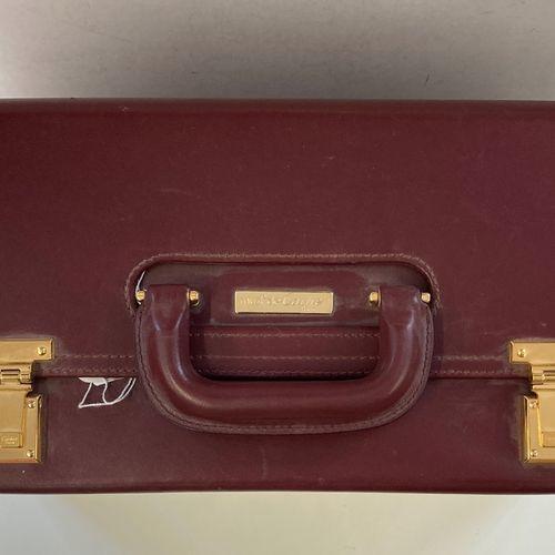 CARTIER  Valise Must de Cartier en cuir bordeaux.  Dim : 45x19x36