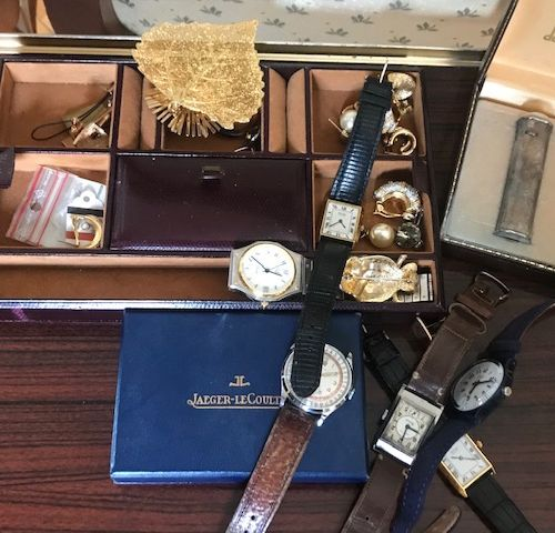 Ensemble de montres, réveils de voyage et bijoux fantaisie.