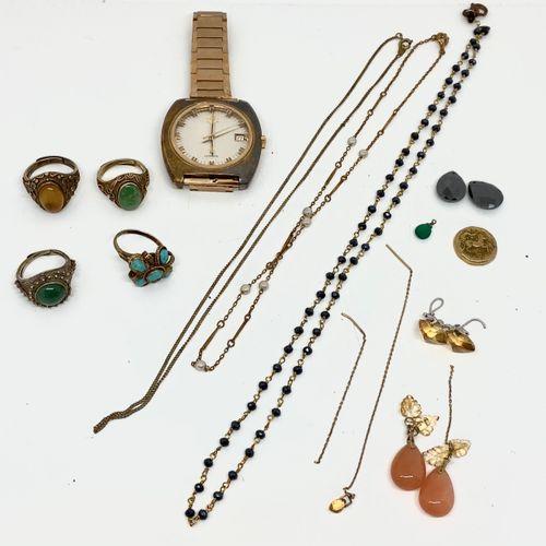 Lot bijoux fantaisie dont pendentif, breloques, chaine en métal, quatres bagues …