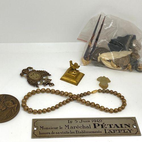 Important lot d'objets divers dont boutons, médailles, bracelet en métal, boucle…