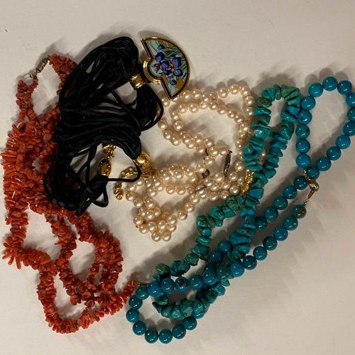 Lot de bijoux fantaisie dont colliers en perles diverses et pendentif Frey Mille…