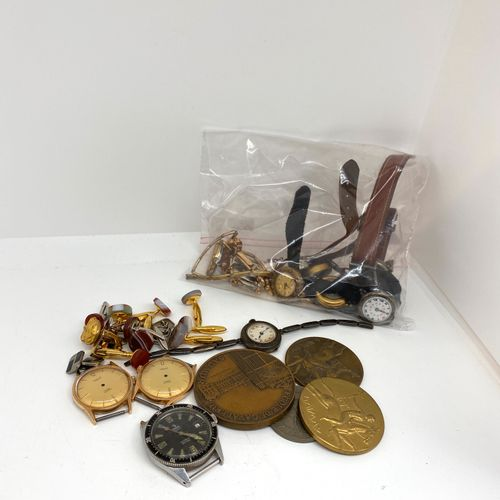 Lot comprenant : 13 cadrans de montres modernes, (accidents et manques), 4 médai…