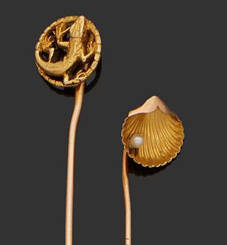 Ensemble de deux épingles de cravate en or 18K (750) ornée pour l'une d'une coqu…