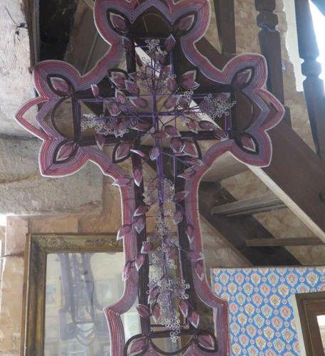 Grande croix en perles sur structure en fils de fer.  H_110 cm L_70 cm