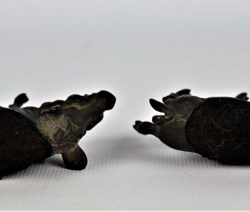 Deux essuie plumes sanglier en bronze de Vienne, anciennement polychrome  Fin du…