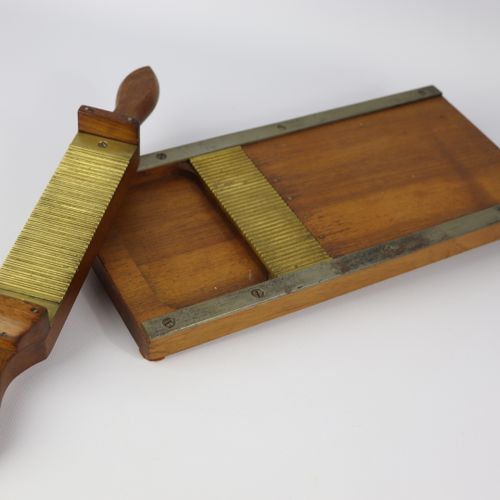 MEDICINE PHARMACY.  Pellet or pillbox made of wood and copper.  L_34 cm