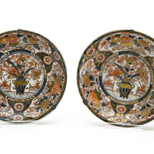 Paire de coupes  JAPON, IMARI EPOQUE EDO (1603 1868), XVIIIE SIÈCLE  En porcelai…