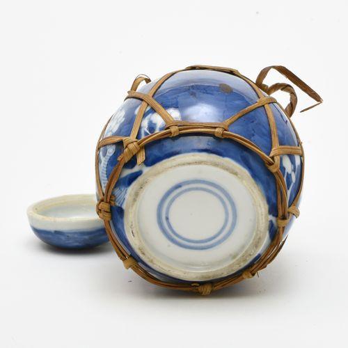 Petit pot à gingembre  CHINE XIXE SIÈCLE  En porcelaine décorée en bleu sous cou…